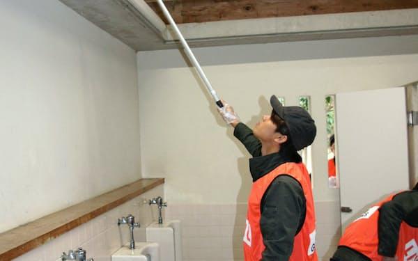 天井のほこりを落とすなど建物一式を清掃(17日午前、高知市の高知城にある公共トイレ)