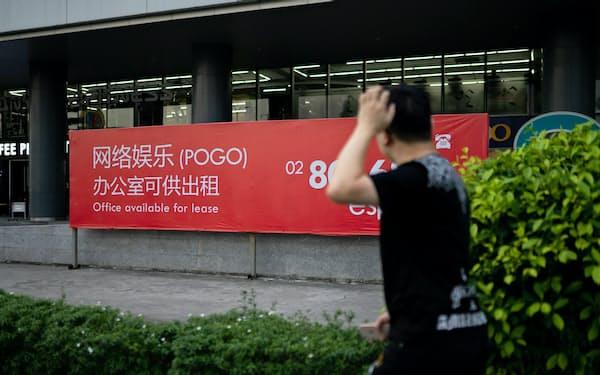 フィリピンでは、中国向けのオンラインカジノを目当てにしたオフィスを貸し出しする広告が増えている……(9月、マニラ)