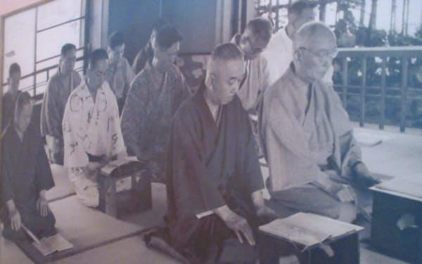 座敷で開かれた句会には高浜虚子(最前列向かって左)らが訪れた(昭和30年ごろ)