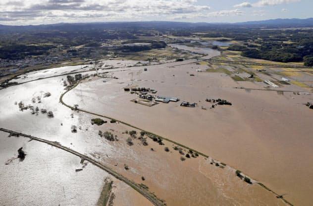 台風19号の大雨で氾濫した阿武隈川(13日、福島県玉川村)