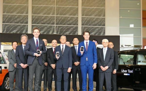 ウーバージャパンのトム・ホワイト氏(前列左)はタクシーのドライバー、利用者両方の利点を強調(17日、福岡市)
