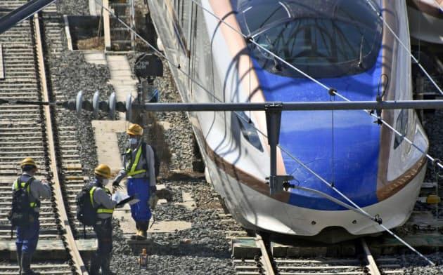 浸水した北陸新幹線の車両の点検が本格化している(16日、長野市の長野新幹線車両センター)