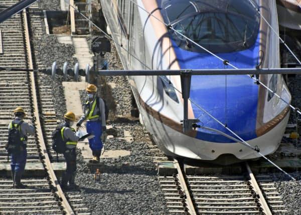 北陸新幹線は18日時点で、長野―上越妙高間の運転を見合わせている(16日、長野市の長野新幹線車両センター)=共同
