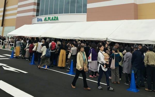 12時の内覧会の開始前から多くの人が列を作った