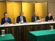 記者会見する九州経済同友会の貫正義代表委員(右から2人目)ら(17日、熊本市)