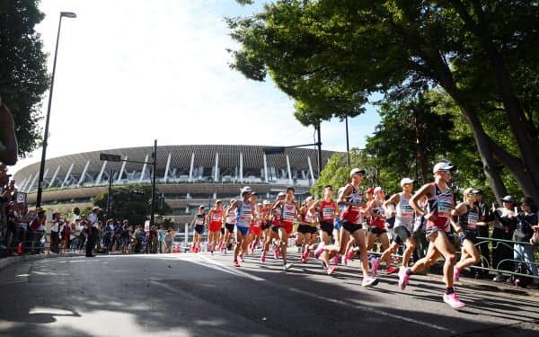 マラソングランドチャンピオンシップで新国立競技場を背に疾走する男子のランナー(9月15日、東京都新宿区)