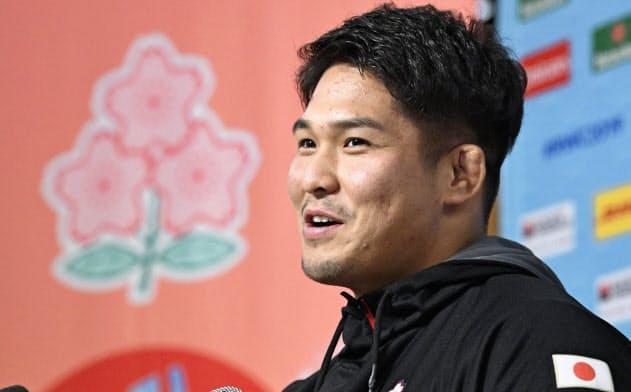 記者会見するラグビー日本代表の姫野(17日、東京都内)=共同