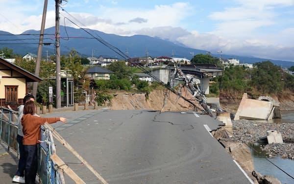 海野宿近くの道路と駐車場が崩落した(東御市、17日)