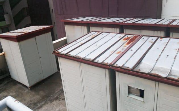 住民が全員外国人のマンション屋上に設置された物置(東京都豊島区)
