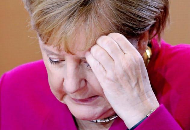 連立政権の揺らぎとマイナス成長に直面したメルケル独首相の悩みは深い(16日、ベルリン)=ロイター