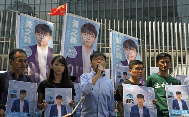 香港の区議選には黄之鋒氏(中)ら若手の立候補が相次ぐ=AP