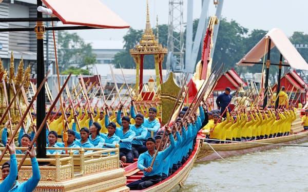 水上パレードの練習をするタイ海軍のこぎ手ら(1日、バンコク)=石井理恵撮影