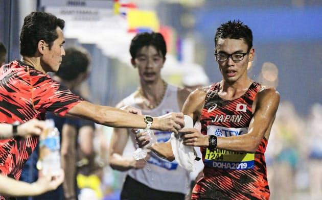 札幌開催でも消耗戦の課題は残る(世界陸上の男子20キロ競歩でドリンクなどを受け取る山西利和=共同