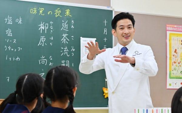 料理研究家の柳原尚之は小学校の教壇に立つ