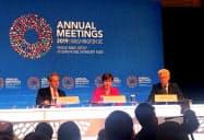 世界経済について語るIMFのゲオルギエワ専務理事(中央)