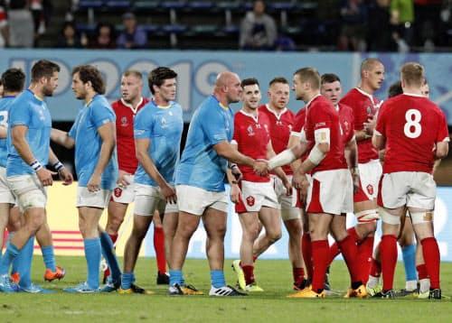 ウルグアイ(左)の選手らはウェールズに敗戦後、飲食店で暴れた(13日、熊本市)=共同