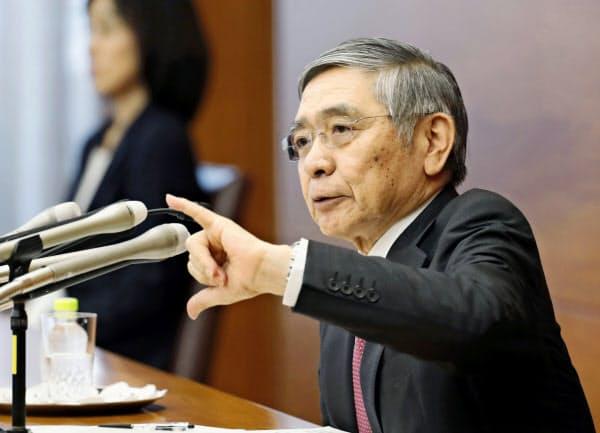 日銀の黒田総裁はワシントンで世界経済の回復が後ずれしているとの見方を示した(9月19日、日銀本店)=共同