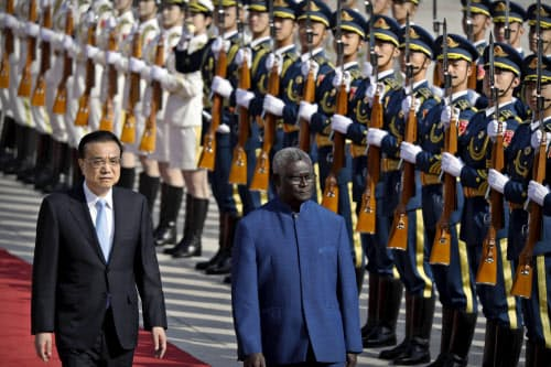 国交樹立後に北京を訪問したソロモン諸島のソガバレ首相と中国の李首相(9日、北京)=AP