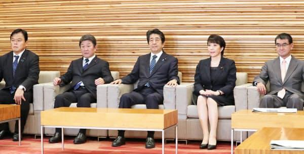 閣議に臨む安倍首相(18日午前、首相官邸)