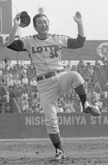 1974年10月、パ・リーグ優勝決定戦で阪急から大量得点し、「カネやんダンス」で喜ぶロッテの金田監督=共同