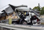 山陽自動車道下り線の事故で大破した大型車(18日午前10時45分、岡山市)=共同