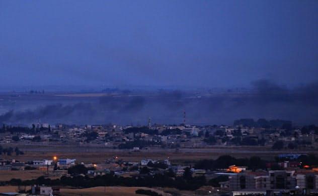 トルコ軍は越境攻撃を一時停止したが、シリアとの危機は収まるのか=AP