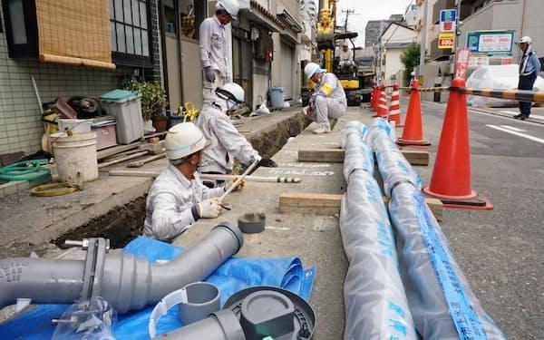 水道管の敷設工事をする作業員(9月27日、大阪市城東区)