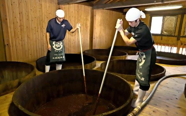 秋田県産材料を使った手作りの味噌・しょうゆが見直されている(秋田県湯沢市の石孫本店)