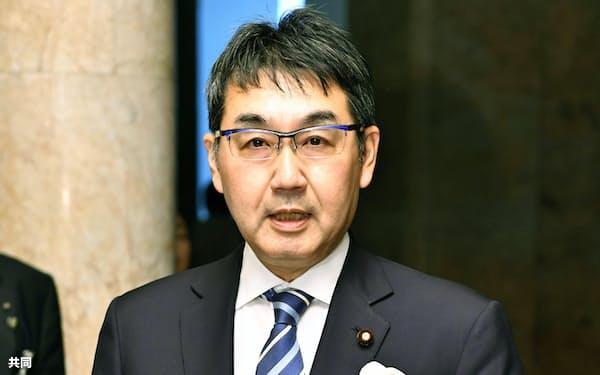 政令恩赦について取材に応じる河井法相(18日午前、国会)=共同