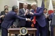 7日、米ホワイトハウスで行われた日米貿易協定の署名式に出席した(手前左から)杉山駐米大使、ライトハイザー通商代表、トランプ大統領=AP