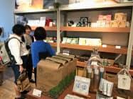 アスクルは45社のメーカーと連携し、新たに52品の独自デザインの新商品を販売する(18日、東京・渋谷)