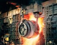 JFEスチールは製鉄プロセスの生産性向上をめざしビッグデータの解析ができる人材「データサイエンティスト」の育成を急ぐ(写真は同社の転炉設備)