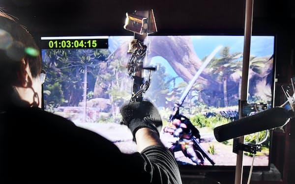 刀を振るときの力強さを演出するため、自作の道具で金属音を入れる=目良友樹撮影