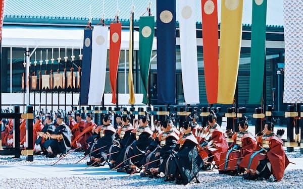皇居・正殿前の中庭で、古装束姿の宮内庁職員が並び行われた「即位礼正殿の儀」(1990年11月)