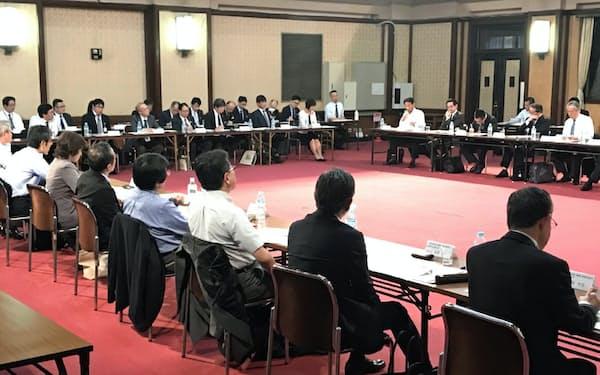 県内の経済団体や労働団体などが就職氷河期世代の支援について意見交換した(9日、愛知県庁)