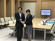 小池百合子都知事と会談する新宿区の吉住健一区長(写真左)