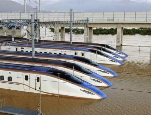 台風19号による大雨で水に漬かった新幹線の車両(13日、長野市)