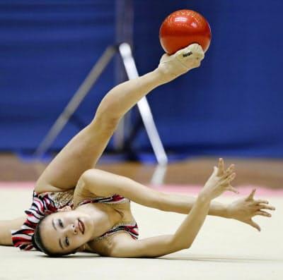女子個人総合前半で首位に立った喜田純鈴のボール(18日、千葉ポートアリーナ)=共同