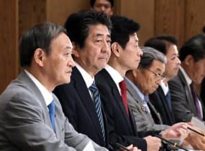 月例経済報告関係閣僚会議に臨む安倍首相(18日、首相官邸)