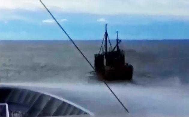 接近する北朝鮮漁船(奥)に放水する水産庁の漁業取り締まり船(7日に衝突した際の映像)=水産庁提供