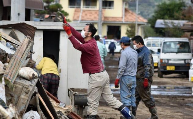 住民らは浸水した住宅の片付けに追われている(18日、長野市長沼地区)