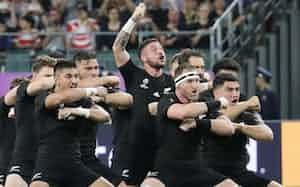 試合前、戦いの踊り「ハカ」を披露するペレナラ(中央)らニュージーランド代表