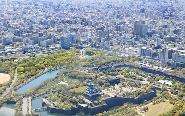 大阪城(手前)と市街地