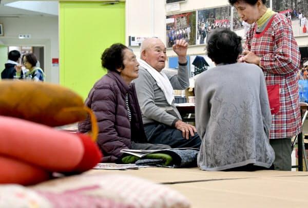 避難所で過ごす高齢者ら(19日、宮城県丸森町)=藤井凱撮影