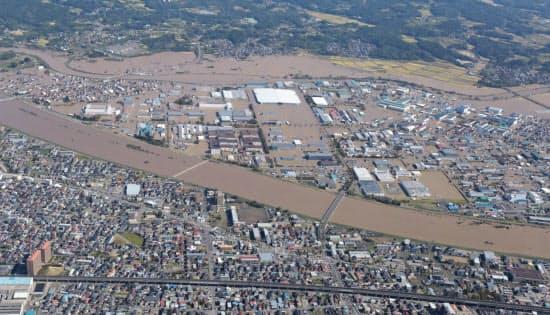 郡山中央工業団地(中央)は一時1~2メートル冠水した(13日、福島県郡山市)=国土地理院の空撮