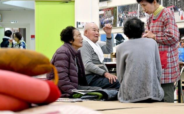 避難所で過ごす高齢者ら(19日午前、宮城県丸森町)