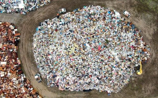 仮置き場に集められた災害ゴミ(19日、宮城県丸森町)=浦田晃之介撮影