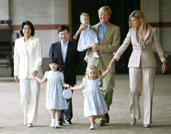 オランダのアレクサンダー皇太子(当時、右から2人目)一家の案内で、王室馬車庫をご覧になる天皇、皇后両陛下と愛子さま(2006年8月、アペルドールン)=共同