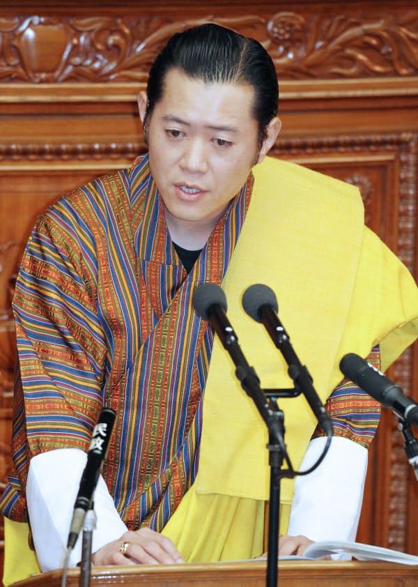 衆院本会議場で演説するブータンのジグメ・ケサル・ナムゲル・ワンチュク国王(2011年11月)