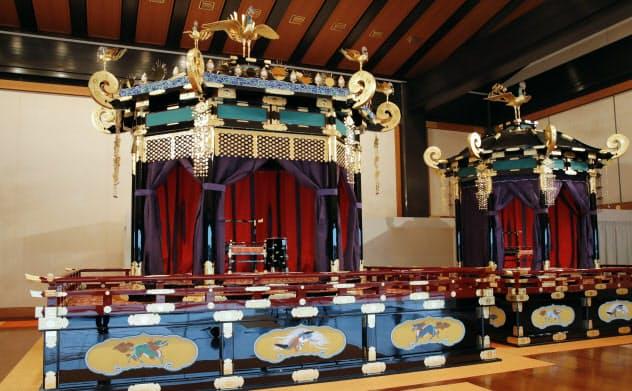 「即位礼正殿の儀」で使われる「高御座」(左)と「御帳台」(19日、宮殿・松の間)=代表撮影